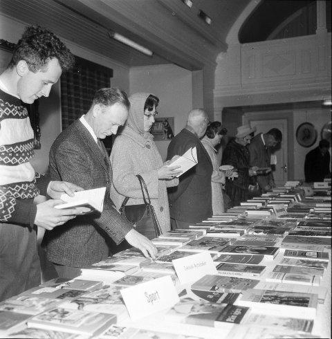 Fra en bokmesse i regi av Sandar folkebibliotek på Sandar Herredshus i 1964.