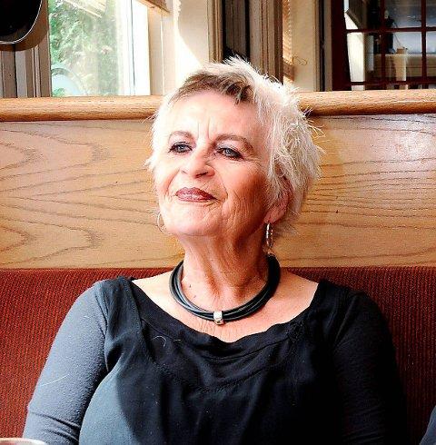 STERK KVINNE: Gun Marith Madsen fra Skien tok kunstnernavnet Gun Mads. Her ble hun intervjuet angående en utstilling i Rauland, som hun skulle ha sammen med Morten Krogvold.