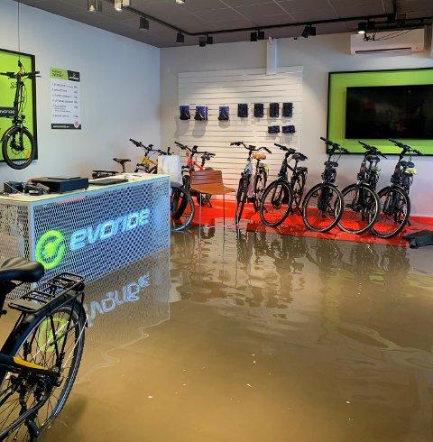OVERSVØMMELSE: Slik ser butikken Evoride ut på Kilen mandag.