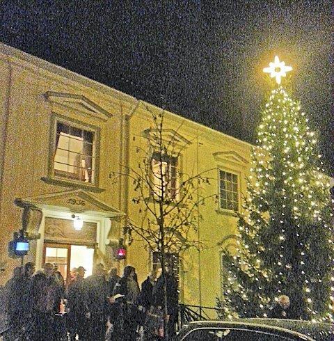 Lyser opp: Det pøsregnet da juletreet ble tent, men det flotte treet med stjerna i toppen lyser såvisst opp i mørket. Foto: privat