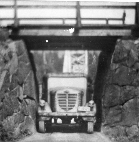 SÅP VIDT: Ikke lett å komme gjennom undergangen i Skotselv. Vi tror det er en Teigen-bil som er avbildet i den trange passasjen.  Foto: Jan Rasmussen