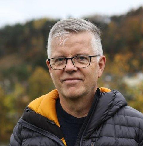TO ÅR: Sigmund Frøyen jaktar lokale entreprenørar som kan gjere Bankplassen-bygget i Kalvåg om til leilegheiter. Målet er at dei står klare i 2022