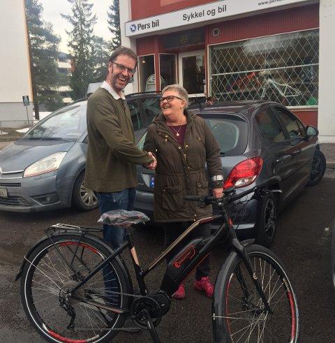 Per Rønning og Grethe Mathisen etter endt handel denne uken. Hun byttet sin brukte dieselbil mot en flunkende ny elsykkel. Den skal bli hennes nye transportmiddel til jobb. Foto: Privat