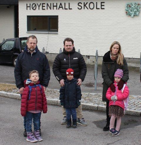 OPPRØRT: Andreas Nicolaisen (f.v.) med sønnen Johan, Jonas Johansen med sønnen Eirik Miguel og Linn Døhlen von Krogh med datteren Jenny er opprørt over beskjeden om at det ikke er plass til barna deres på nærskolen.
