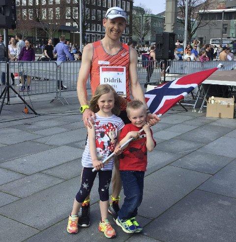 TATT GODT IMOT: Etter 100 kilometer er det deilig å kunne bli møtt av familien for NM-kongen Didrik Hermansen fra Elverum. Her sammen med datteren Nora (6) og sønnen Gaute (5).  (Foto: Privat)