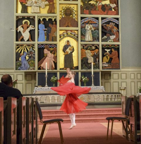 Fysiske bevegelser: Dansere fra Spotlight dansestudio i Sandefjord kirke.