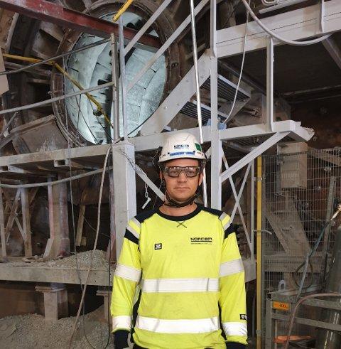 BEFARER: Vikarierende fabrikksjef Sjur Wiggo Jensen er på Norcem i morgentimene for å se på skadene.