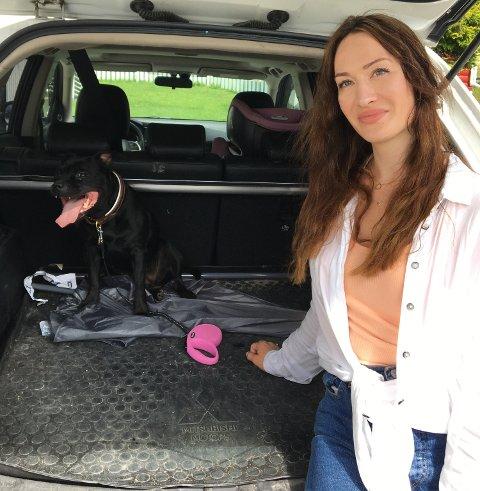 PASS PÅ: Veterinær Helena Maria Gunnulfsen oppfordrer alle til å passe på hunder som sliter i varmen, om det er din egen hund eller andre sin. Her sammen med Ninja (1).