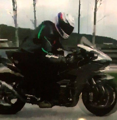 Skjermbilde fra politiets frigitte video etter råkjøringen på E18 i fjor.