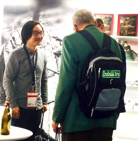 Hans B Butenschøn d.e. på bokmesse i Frankfurt med Enebakk Avis-sekk.