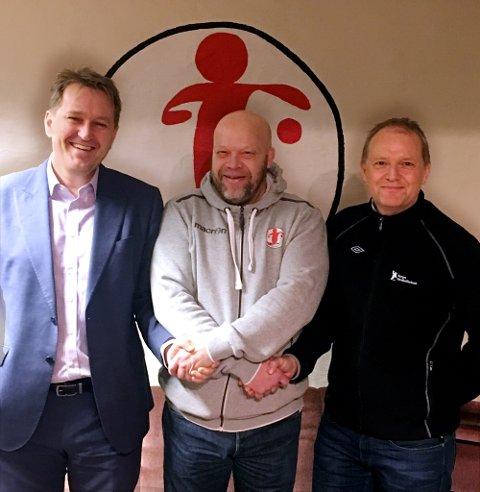STRÅLTE: Christer Karlsson (i midten) strålte etter at han hadde sagt signaturen på en ny kontrakt. Her blir han flankert av Håvard Magnusssen og Øistein Pettersen.