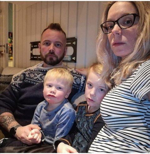Familien hjemme i sofaen etter hendelsen. Thor Arne, Heine (3 år), Julian (7 år) og Kine Mosheim-Lysfjord.