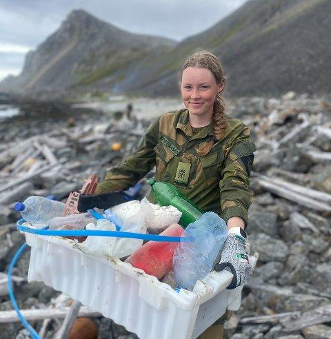 MILJØINNSATS: Selv om søppelplukking ikke var noen ønskejobb, klager ikke Agnete Kristiansen fra Skjånes. Hun syntes det var greit å gjøre en innsats for miljøet.