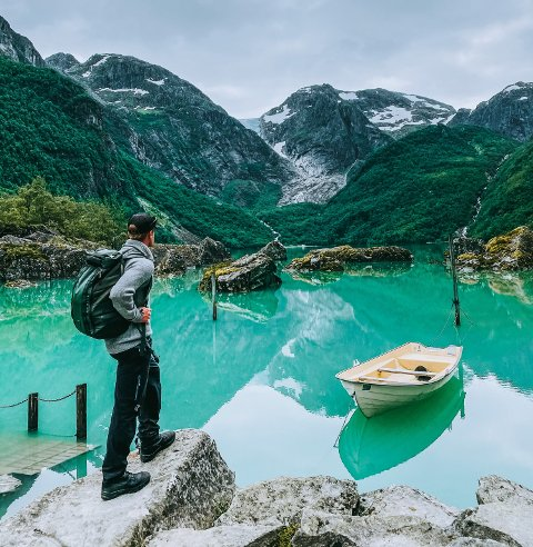 POSTKORTMOTIV: Thomas Buraas frå Oslo er av dei mange som har delt bilde av Bondhusvatnet på Instagram. Dette bildet, der han sjølv poserer og der kameraten har blitt instruert i å fotografera, har fått mykje merksemd på bildedelingstenesta. Fleire har delt bildet vidare, mellom andre profilen «Norge», som har 833.300 følgjarar. Buraas forstår godt at det er folkevandring til Bondhusvatnet, då han synest røynda var akkurat like vakker som på bilda.