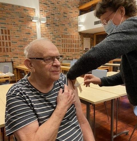 Sigfred Berg var først ut av de over 85 år i Vestvågøy med å få vaksine