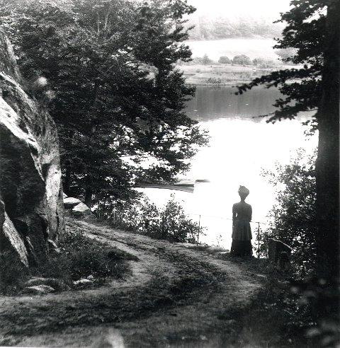Området omkring Farriskilen hører til Larviks klassiske turområder - med tradisjoner langt tilbake på 1800-tallet. Her har fotografen og hans bedre halvdel gjort en stans ved et idyllisk parti langs Dalheimveien. Et søndagsrituale for mange var å besøke kafeen på Dalheim, den som senere ble Dalheim Ungdomsherberge.