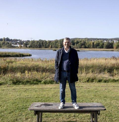 Kongen på haugen: Jan Ove Ekeberg (66) mener området med den store gressletten like ved Nebbursvollen vil være et flott spillarena for et vikingspel. – I dette området kristnet Olav den hellige raumerne for 1.000 år siden, sier han. I bakgrunnen synes Sagdalen og Skjetten.Foto: Lisbeth Lund Andresen