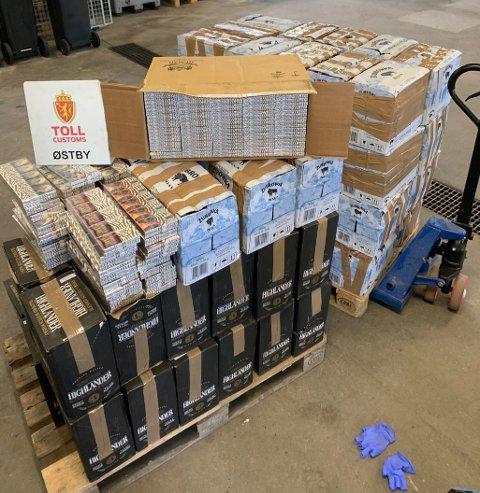 Tollere stoppet en norsk registret bil med polsk sjåfør med hjelp av politiet. I bilen fant de 20 000 sigaretter og 585 liter med brennevin.