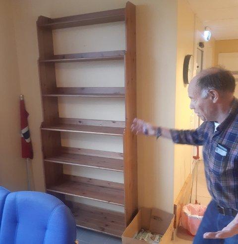 BLE ORDNET PÅ DAGEN: Arvid Gjelten (78) ble strålende fornøyd med bokhylla Morten Haugen hentet og monterte i omsorgsboligene etter at Ås Avis skrev om saken.