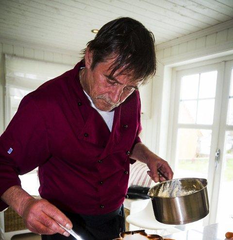 GLER SEG: Knut-Owe Larssen gler seg til å laga mat til dei som sit åleine i jula. Han håper julefeiringa på Årås samfunnshus vert like fin som i fjor, og at det kan verte eit årleg arrangement.