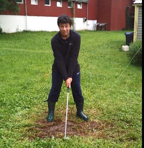 I VADHEIM: Her trener Viktor Hovland golf i farens heimbygd, Vadheim, ein sommardag i 2012.