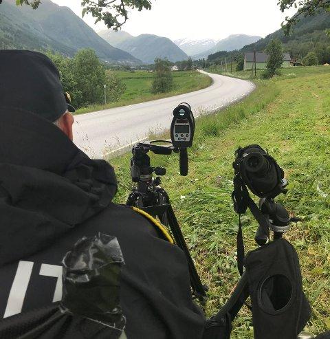 FARTSSYNDARAR: UP-patruljen stod i dag på Skei og målte farten til bilistane. Heile 26 blei tatt, men Øyvind Magnus Solheim seier dette talet ikkje er overraskande.