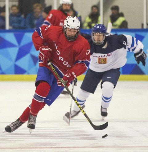 OPPLEVELSE: For Sander Hurrød (til venstre) og de andre norske hockeyguttene har det blitt en knalltøff innledning på turneringen. Foto: Al Tielemans