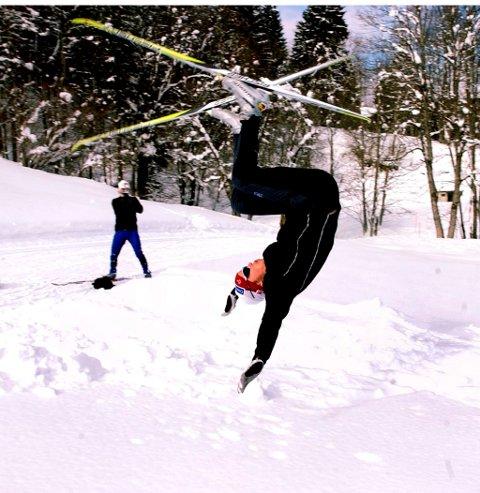 Espen Harald Bjerke fant ut at det var moro å ta salto på langrennsski to dager før han skulle VM-debutere i Oberstdorf i 2005. Eldar Rønning i bakgrunnen, filmer seansen.