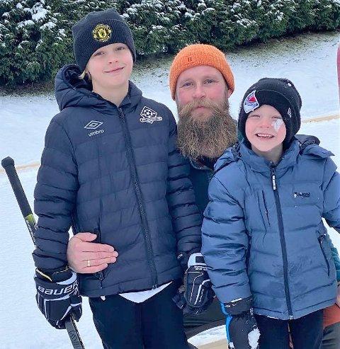 FORNØYDE: Å få korona var kjedelig, men brødrene Mikkel (6) og Dennis (9) synes det er stas at pappa Raymond Guttormen bygger egen skøytebane på gårdsplassen slik at dagene i isolasjon blir mer aktive.
