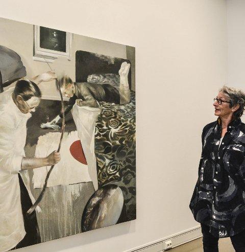 Figurativt: Trine Mohn betrakter Lars Ellings maleri «Valg av emne / virke», som henger i Låven. Hun omtaler kunstneren som en visuell historieforteller.