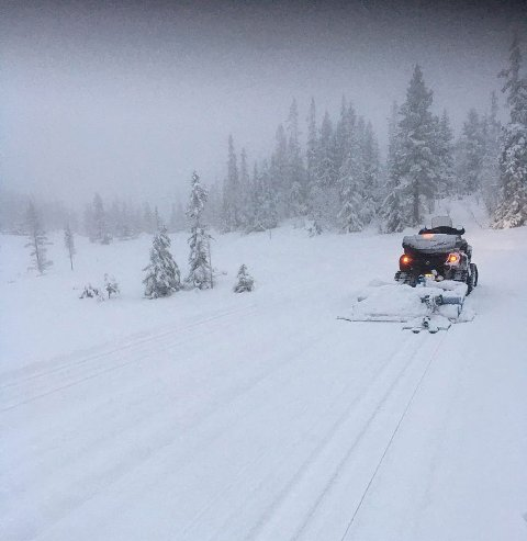 FØRSTE TUR: Her er bildet som beviser at den første skiløypa på Vegglifjell ble kjørt opp fredag morgen.