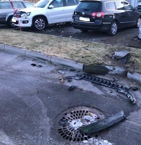 STORE SKADER: Det er store skader på begge bilene. Den hvite ble flyttet en meter i sammenstøtet.