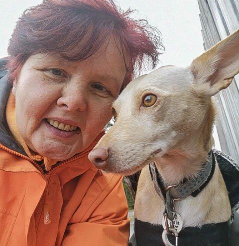 Mette Riise (54) og hunden Tris.