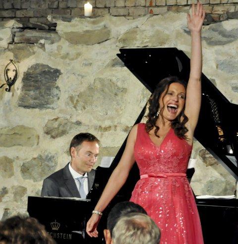 PRIMADONNA: Gunda Marie Bruce bergtok møkkjellerpublikumet med sin utsøkte sangstemme og uforfalskede            entusiasme, her ved høydepunktet i Art is calling for me (I want to be a Primadonna). Ved klaveret Gunnar Flagstad.