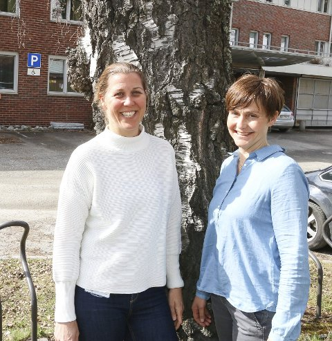 GOD HJELP: Nina Reitan (til venstre) og Mona Lyngdal har kontor på Bjørkås.
