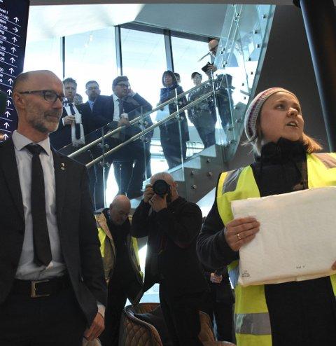 Fikk lister: Protestene toppet seg for ett år siden da Nina Bentzen overleverte underskriftslister til samferdselsråd Svein Eggesvik.