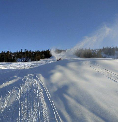 KLARE FOR ÅPNING: Haglebu skisenter har produsert nok snø til å åpne første bakke i morgen. Dermed er anlegget klart fo rjuleinnrykk.
