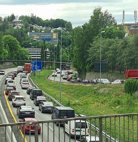 Køen på E18 retning Drammen fra Asker er ganske lang torsdag ettermiddag.