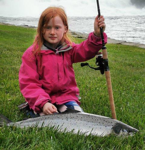 KAN FAGET: Rebekka (8) slapp til i Osfossen ved jonsoktider og fekk denne laksen på fem kilo.