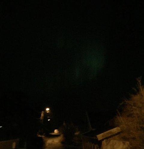 NORDLYS: Slik så himmelen på Hvaler ut i 19:15-tiden søndag kveld. (Foto: Elise Olsen)