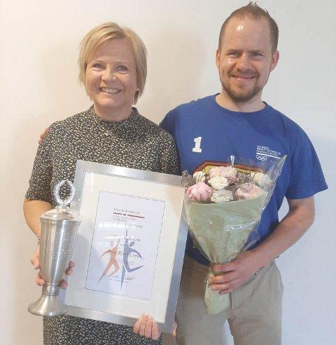 Ann Elin Lima ble tildelt idrettsrådets gjeveste pris under årsmøtet 11. juni. Til høyre avtroppende leder Vidar Nedrebø.