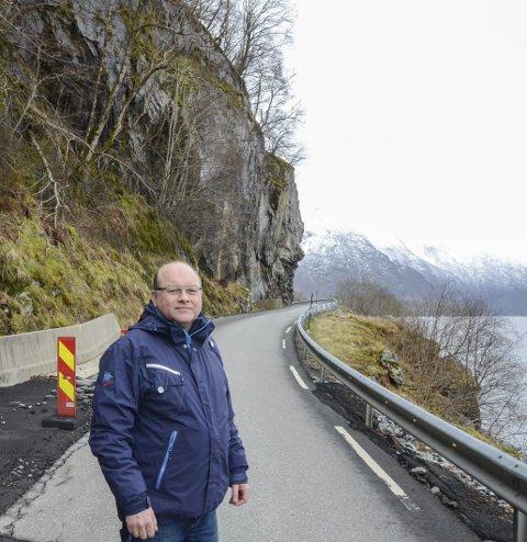 Fv. 49: Olav-Magnus Hammer har tatt initiativ til å stille fylkesadministrasjonen spørsmål om status for planarbeidet på den rasutsette fv. 49 mellom Nordrepollen og Austrepollen. Her frå eit tidlegare intervju om vegen. Arkivfoto: Ernst Olsen
