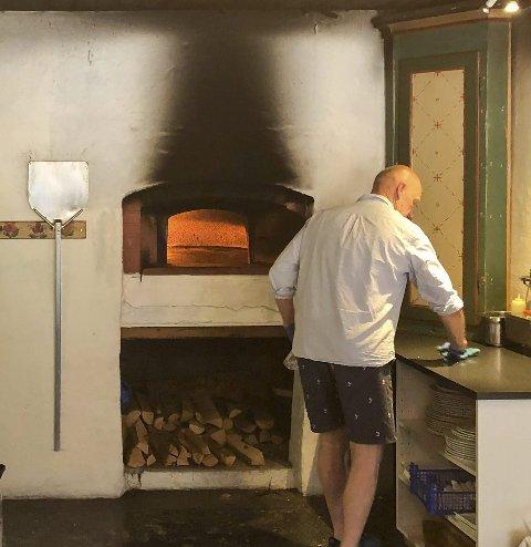 Vedfyrt: Pizzaen til Meieriet i Heraand blir stekt i vedfyrt ovn. Foto: Ernst Olsen