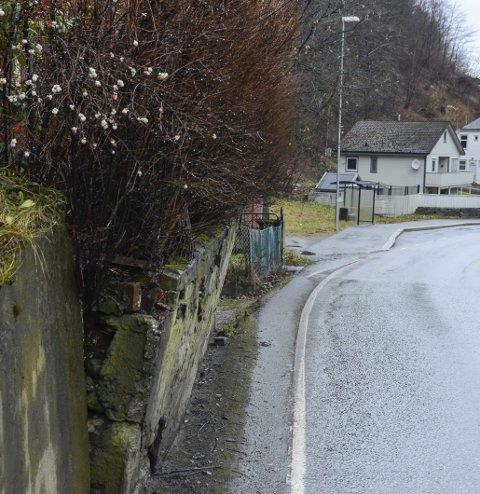 Desember 2020: En kunne tydelig se at muren heller ut mot riksvegen. Foto: Ernst Olsen