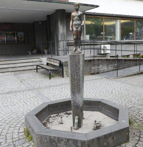 Tomt basseng: Ingen vannfontene ved rådhustrappa så langt. Foto: Ernst Olsen