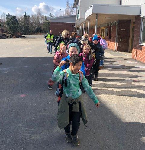 TRIM: I tillegg til å løse matteoppgaver skal elevene på Otterøy tilbakelegge flerfoldige kilometer til fots. De tre fremste: Louis Berg, Adrian Forås og Ronja Pettersen.