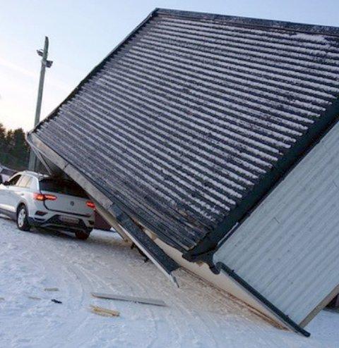 KLEMT: Miljøbua veltet over taket på bilen.