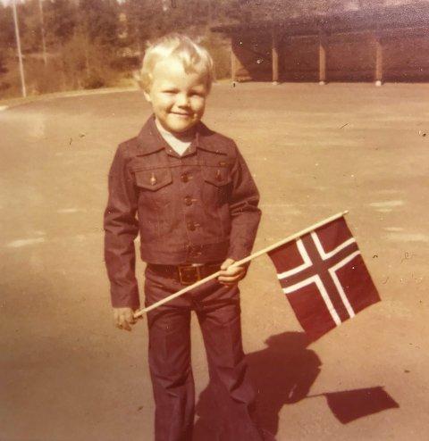 LITEN: Evald som liten gutt med olajakke på 17. mai i Løten.