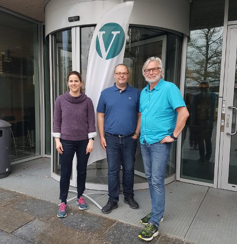 KRITISKE TIL BANE NORS PLANER OM HENSETTINGSSPOR: Solveig Schytz,  gruppeleder for Venstre i Fylkestinget, Jon Gunnes (V) og grunneier Casper Hoelstad.