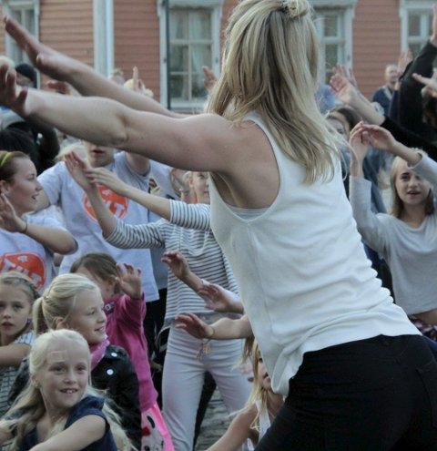 Flashmob: En person begynner brått å synge eller danse midt i folkemengden på gata. Plutselig kommer flere til og en ellevill dans eller korsang er igang